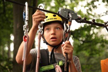 Dlaczego warto zabierać dzieci do parku linowego Zalety rodzinnego wypadu do parku linowego